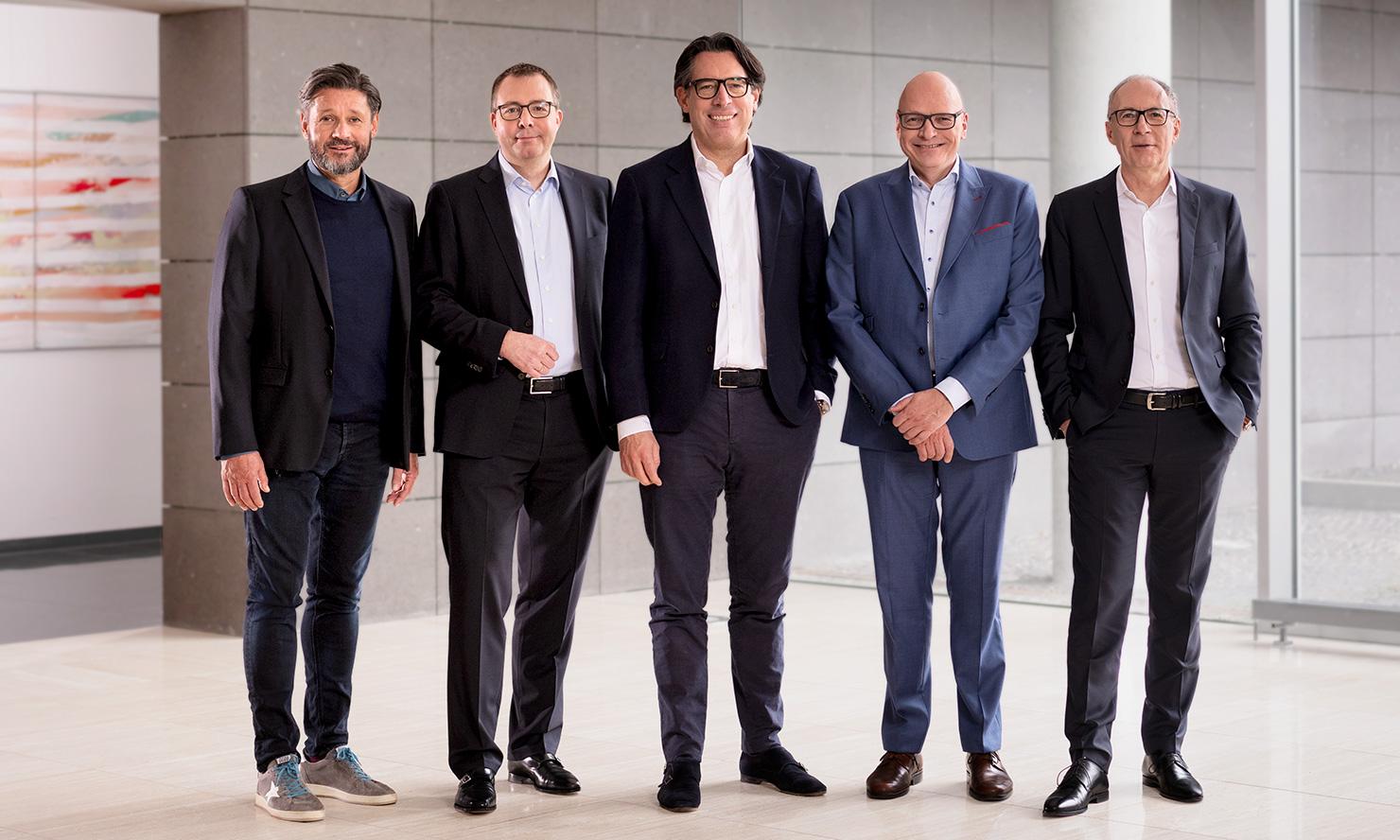 SWMH-CEO Dr. Christian Wegner (Mitte) mit Dr. Karl Ulrich (CEO Fachinformationen, v. l.), Alexander Paasch (CFO), Stefan Hilscher (CEO Nationale Medien) und Herbert Dachs (CEO Regionale Medien)